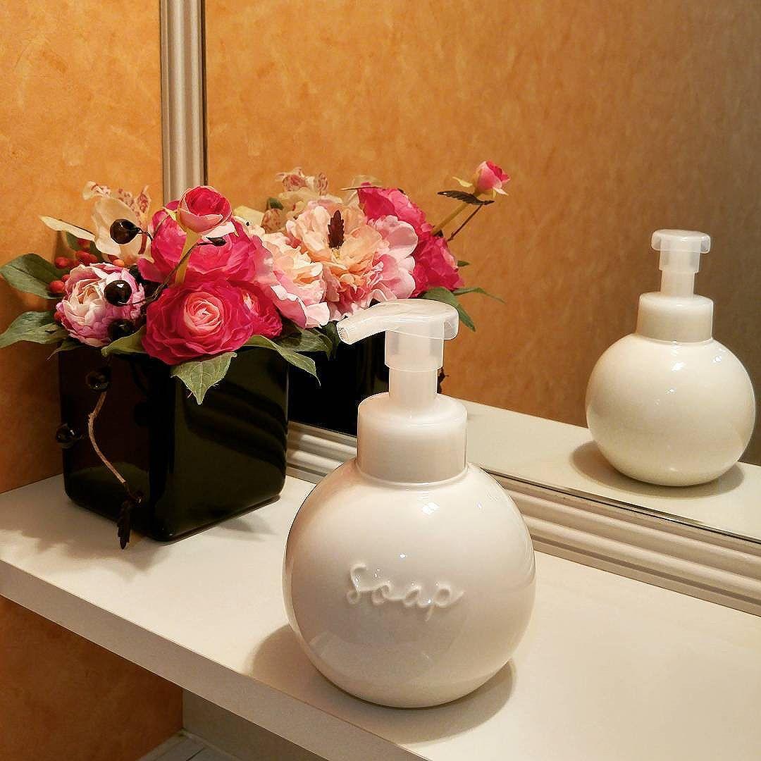 御手洗いのディスペンサーを交換。磁器製でしっかりした質感がありながら、丸いフォルムが柔らかさを強調する、優しいデザインが癒やし系です。患者様が御利用になるトイレ、環境管理にはとても気を遣っています。