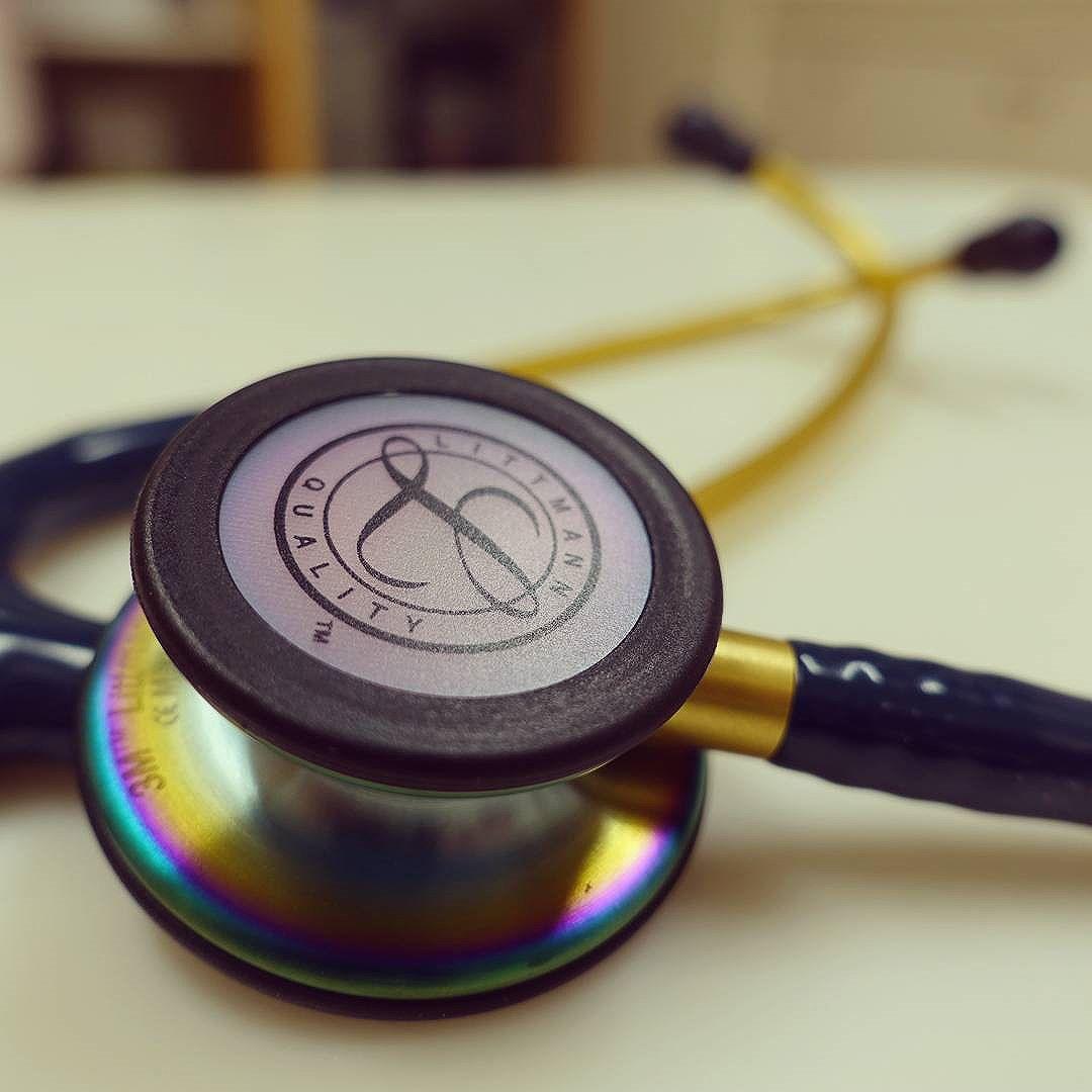 聴診器を新調。耳鼻咽喉科では大人だけでなく子供さんの受診も多く、当院では特に0歳から2歳の受診率が高くなっています。そのため成人用よりも小児用聴診器の出番が非常に多くなりがち。今回、医療卸アトルさんのキャンペーンで購入した「リットマンクラシック3」は、成人用と小児用が一体化したモデルで、さらにレインボースタイルという、聴診部分が虹色に光る特別モデルです。。。美しい輝き、しばし時を忘れて見とれます(笑)