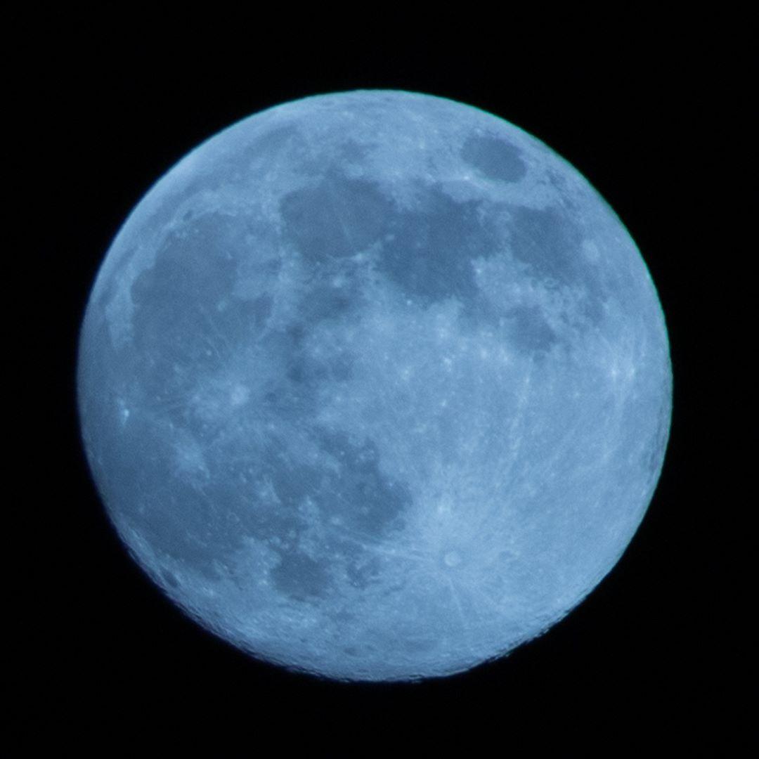 今宵は満月。。。EOS 70D、SIGMAのContemporaryシリーズ望遠レンズ(18-300mm F3.5-6.3 DC)にて撮影。