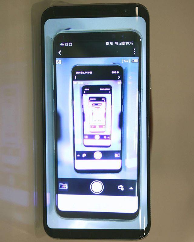 初めてのGALAXY。2年以上使い続けたisai vivid、勝手に画面が動く「ゴーストタッチ」に悩まされ、遂に勝手に電話を掛け始めるようになったため、やむなく機種変更。。。初めてのGALAXYは、最新機種のGALAXY S8+。前面をほとんど覆い尽くし!側面まで回り込む有機EL画面、ムチャクチャ綺麗で、もう未来感がハンパない!!