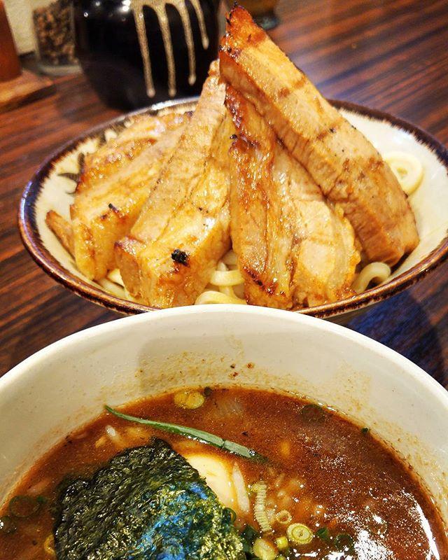 鹿児島のつけ麺専門店「麺歩バガボンド」にて、味玉炙りチャーシューつけ麺。麺はコシのある極太、ダシは魚介系のコッテリ熱々、炙りチャーシューはほぼ1ブロック!! 東京の名店・麺屋武蔵で修行された店主のこだわりつけ麺、味もボリュームも大満足でした