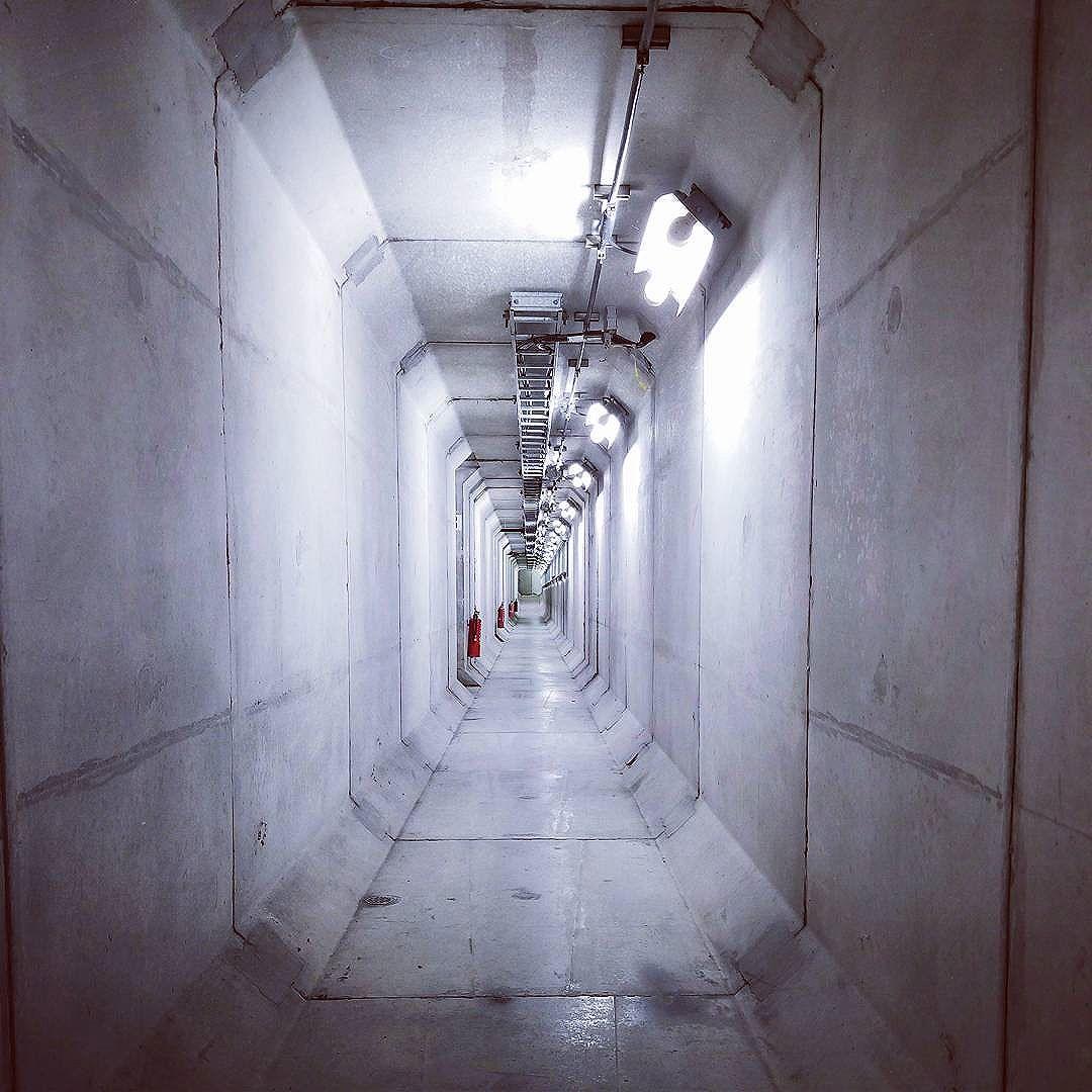 高速道路料金所の地下トンネル。専用回数券の販売所、反対車線から行く場合は車を降りて、地下トンネルを歩いて横断することに。。。ちょっと珍しいかもです。