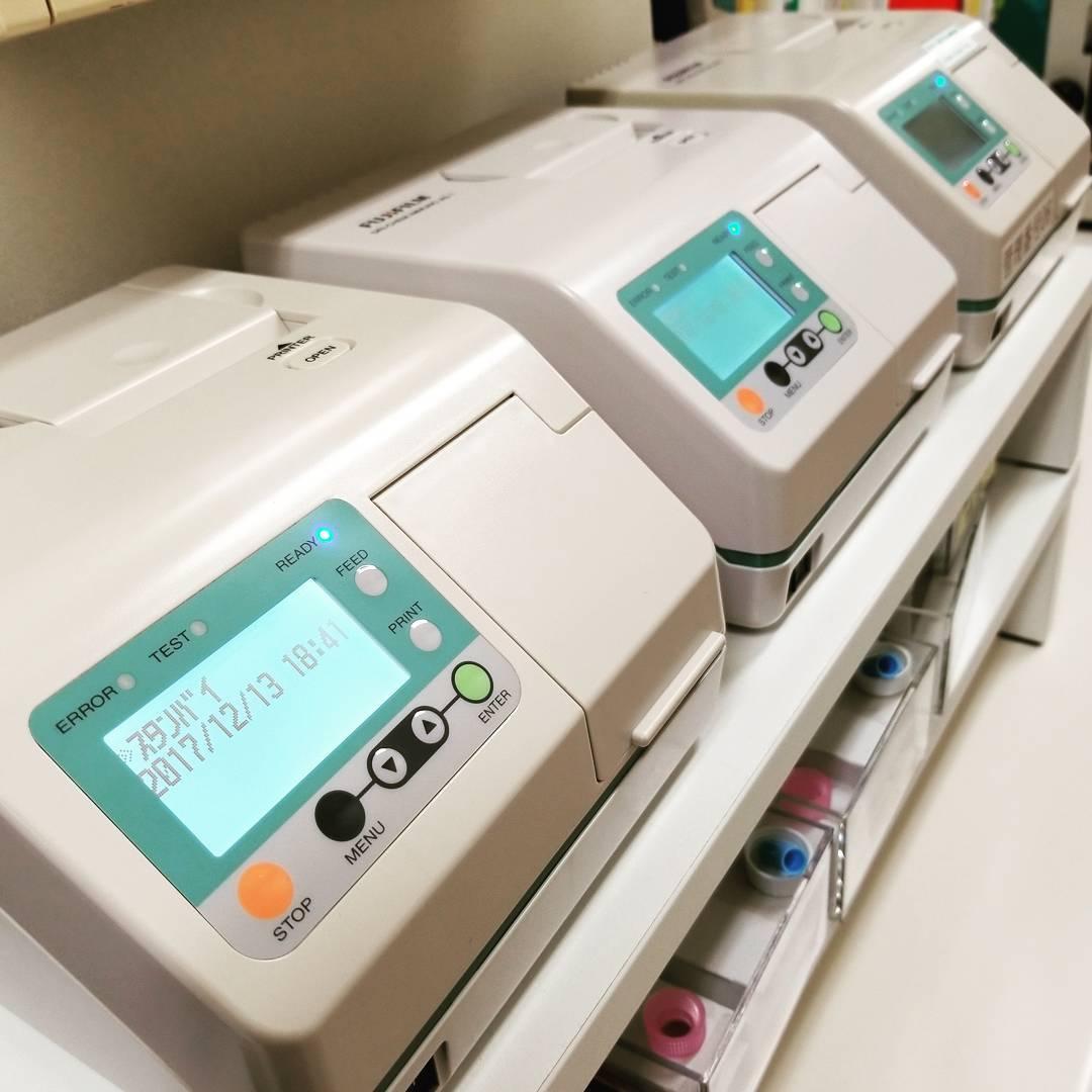 インフルエンザの迅速診断装置を3台体制に。今シーズンもインフルエンザ流行が始まり、例年活躍している富士フィルムの迅速診断装置IMMUNO AG1を3台に増設しました。 しかし高熱があっても実は中耳炎や扁桃炎などの場合もあり、まずは耳・鼻・のどをしっかり診察する事が大切です。 そして検査のための鼻水採取も、鼻内を観察して的確な場所を選択する必要があります。 インフルエンザの診察では、耳鼻咽喉科専門医の技術と診断力が最大限に生かされるため、非常に気合いが入ります。