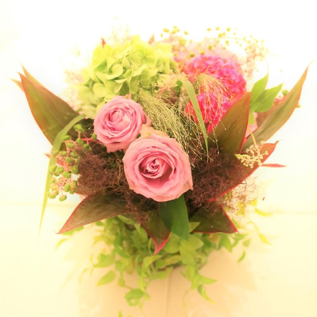 スタッフによる今月のお花。モダンなアレンジメント。器を植物でディスプレイしてラウンドのアレンジメント。