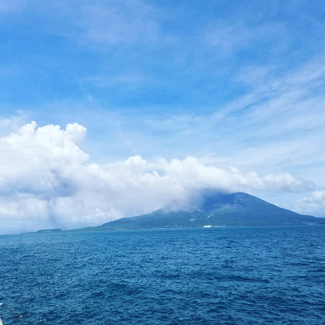 噴火しまくりの桜島。毎日のように噴火し続けている桜島、噴煙が鹿児島市へ流れて街は灰まみれ。。。