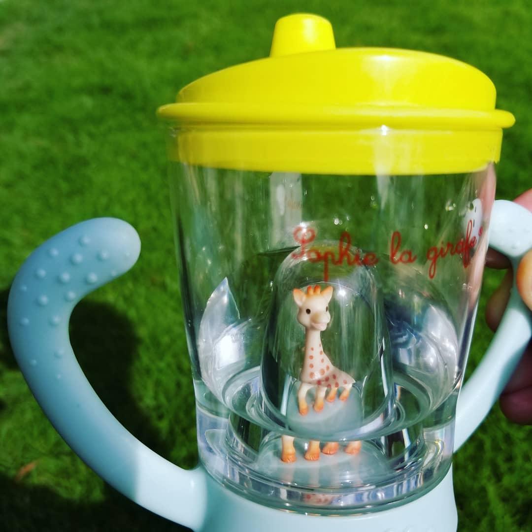 キリンのソフィー。姪が使用していたマグカップ、水の中に可愛いキリンさんを見つけました。。。なるほど、これなら喜んで沢山お水飲んでくれそうです
