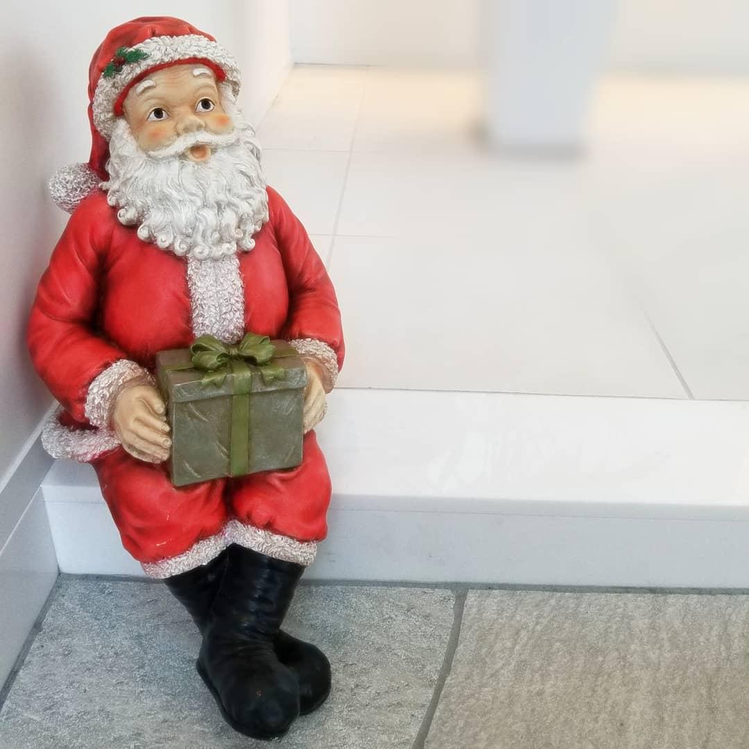 サンタさんも一休み。明日はクリスマスイブ、サンタさんも年に一度の頑張り時ですが、思わず休憩中(笑)。。。何事も焦らず、ということでしょうか。
