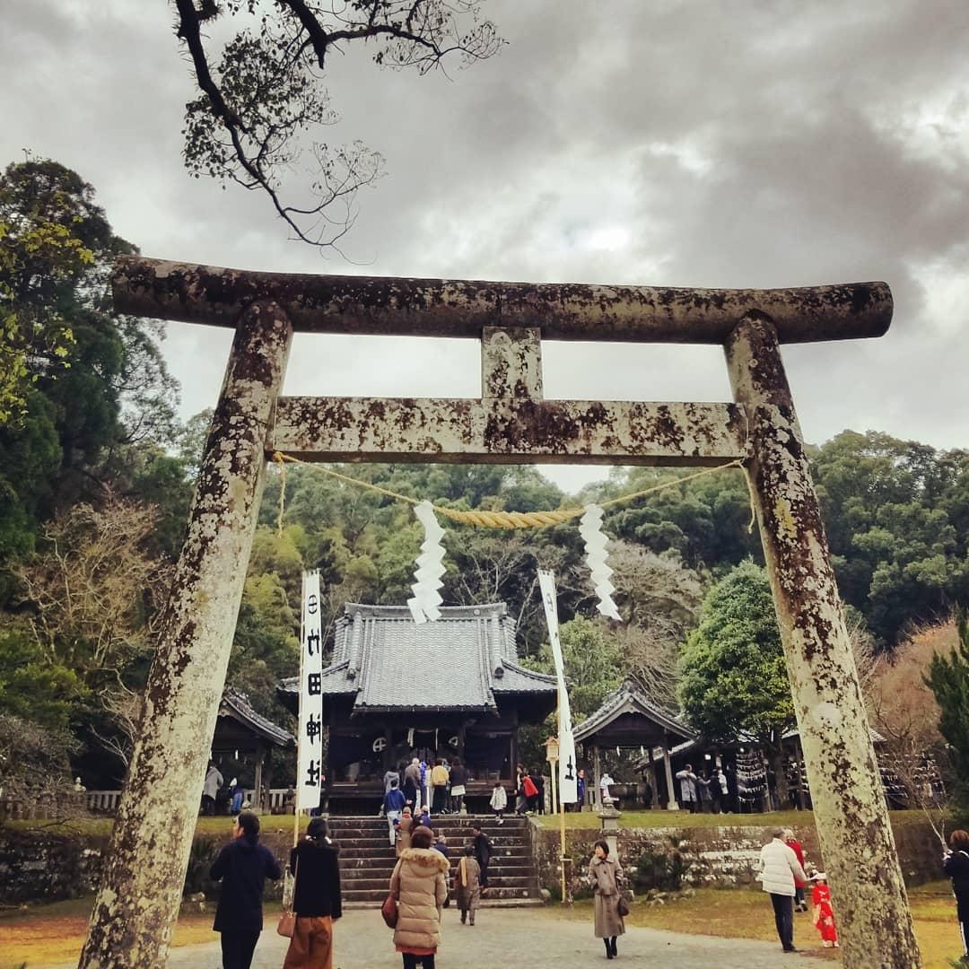 謹賀新年。2019年もよろしくお願い致します。初詣は南さつま市加世田にある竹田神社、鹿児島三大神社の一つで、島津日新公を祀っています。「西郷どん」第一話にも登場しました。幼少時から毎年お詣りしています。