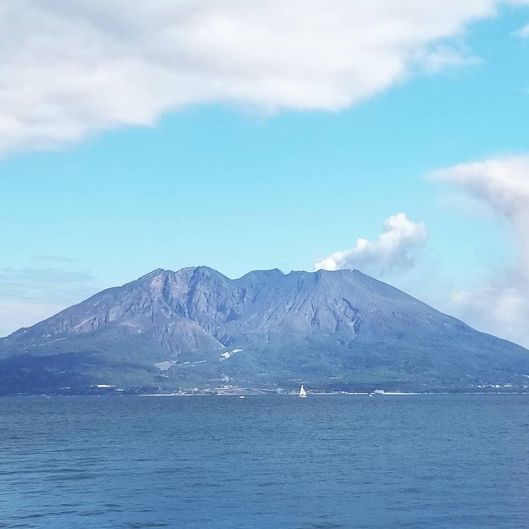 新春の桜島。気温17℃、1月とは思えない陽気の中、桜島はいつものように噴火中。錦江湾に浮かぶヨット、屋久島から到着した高速船トッピー、鹿児島らしい雰囲気です。