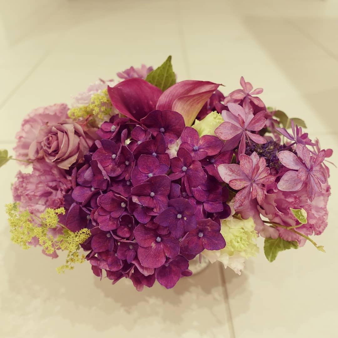 スタッフによる今月のお花。6月のアジサイ・アレンジメント。アジサイ、カラー、トルコキキョウ、バラ、アイビー。