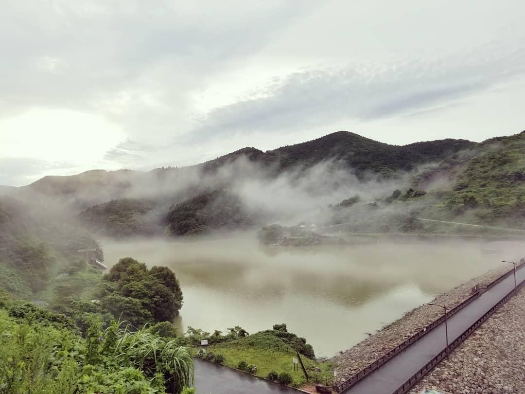 霧で霞む金峰ダム。昨日(7月3日)は、豪雨にて万之瀬川氾濫の恐れあり、診療を早期終了して洪水に備えていました。幸い夜半から雨足が弱まり川の水位も下がって、市街地は洪水を免れました。。。金峰ダムは濁流で満たされていますがしっかり役目を果たし、濃い霧の中、神秘的な朝を迎えることが出来ました。