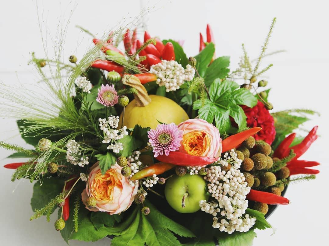 今月のお花。薔薇、青リンゴ、ライスフラワー、バーベリア、赤唐辛子、薔薇の実、おもちゃカボチャ、ケイトウ、スモークグラス。