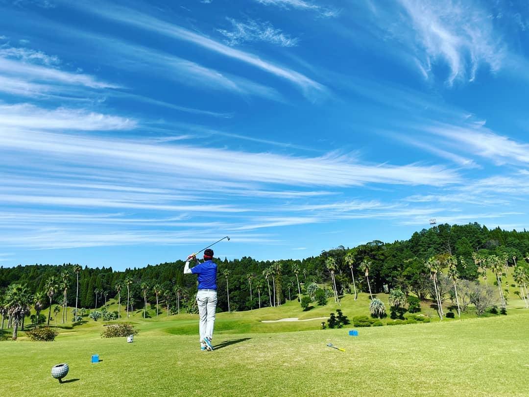 開業11周年を記念してラウンド。ふくいわ耳鼻咽喉科クリニックは2019年11月1日で創立11周年を迎えます その前日、プレ祝いとしてゴルフを楽しみました。。。素晴らしい秋晴れに向かってティーショット 良い思い出となりました