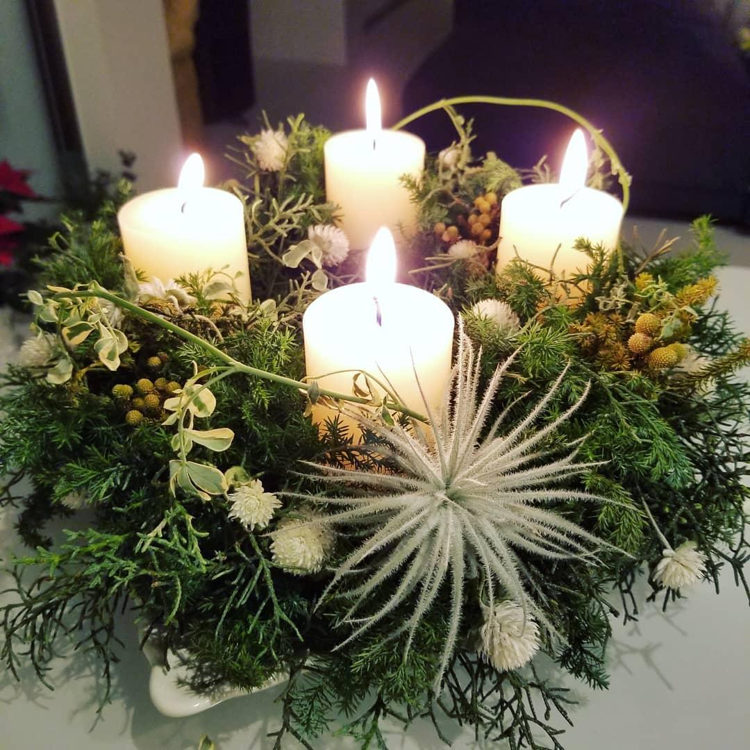 スタッフによる12月のお花。クリスマスのキャンドルリース。