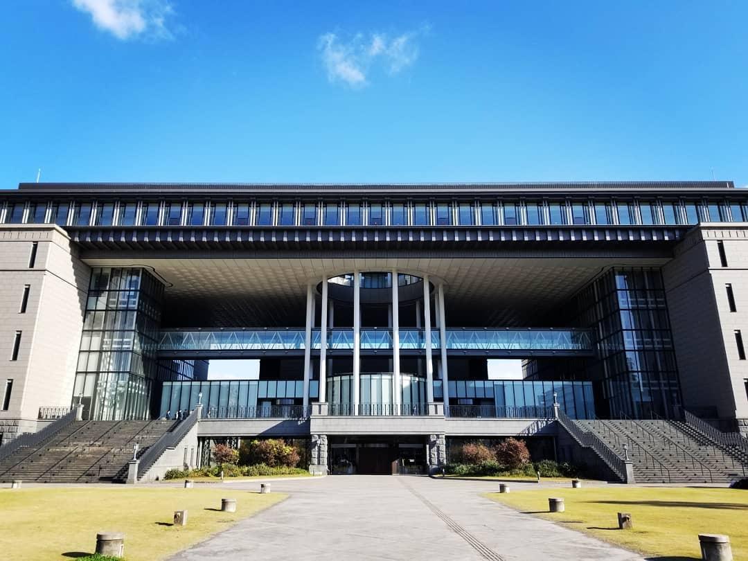 新春のかごしま県民交流センター。2020年新春、かごしま県民交流センターを訪れました。鹿児島県庁の跡地に2003年竣工した施設、ダイナミックなエントランスと青空のコントラストが美しく、思わず「いいです、ひじょーにいい」と呟いて しまいます