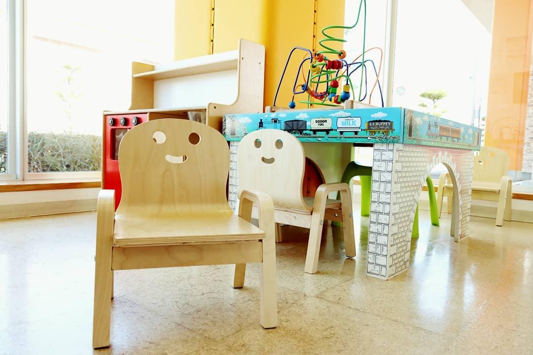 キッズコーナーの椅子を新調。 ちびっ子専用の待合室、キッズコーナーに設置してある椅子を新しいものに入れ替えました。 木の温もりを大事にしながら、安全性の高い頑丈なものを探してきました。 穏やかな冬晴れの中、背もたれのニッコリ笑顔に癒されます。。。お子様のすこやかな健康をサポートするべく、ふくいわ耳鼻咽喉科クリニックでは日本小児耳鼻咽喉科学会会員として真摯に皆様と向き合います。