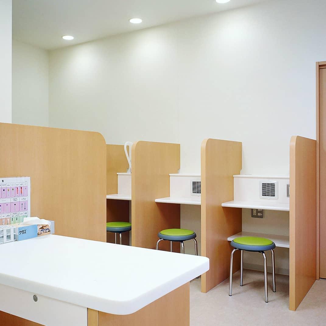 ネブライザー治療を再開しました。 日本耳鼻咽喉科学会が作成している「耳鼻咽喉科診療における新型コロナウイス感染の対応ガイド(第3版、2020年5月25日改訂)」に従いまして、しばらく休止していたネブライザー療法(お鼻の治療、モクモク治療)を再開しました。 再開の根拠は下記の通りです。 (1)鹿児島県は新型コロナウイルス感染ローリスク地域に分類されたこと、(2)耳鼻咽喉科のネブライザー療法は「新型コロナウイルスの感染リスクを高める処置」から除外されたこと、(3)治療スペースは仕切られており機器台数を減らして間隔をあけていること、(4)余剰エアロゾル除去用の排気ダクトを各ブースに設置していること、(5)充分な消毒対策を行っていること。 特に余剰エアロゾル除去用の排気ダクトに関しては、エアロゾル感染のリスクをなくす目的に、2008年の新規開院時に設計段階から組み込んでいたシステムです。2010年の日本エアロゾル研究会シンポジウムでも発表した実績があり、普段からの感染対策が生かされたこととなります。 院内感染対策を徹底しながら、耳鼻咽喉科の治療に不可欠なネブライザー療法を再開することで、専門的治療の水準を元のレベルに戻していきます。
