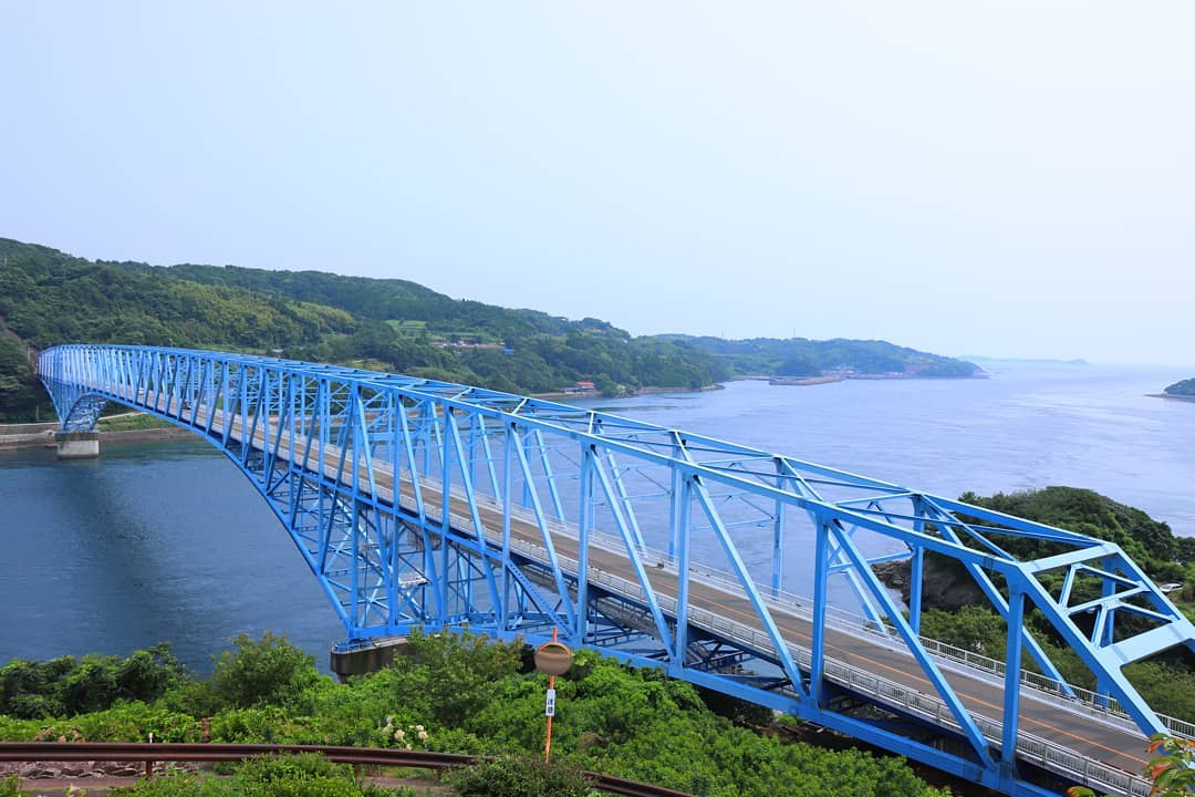 8月9日(日)は休日当番です。 午前9時から午後6時まで診察を行っております。なお診療予約システムは御利用頂けませんので、直接御来院下さい。 写真は先日訪問した黒之瀬戸大橋です。日本三大急潮のひとつである黒之瀬戸海峡、うずしおでも有名なこの海峡にかかる大橋は、鮮やかなブルーが美しく、雄大な眺めでした。