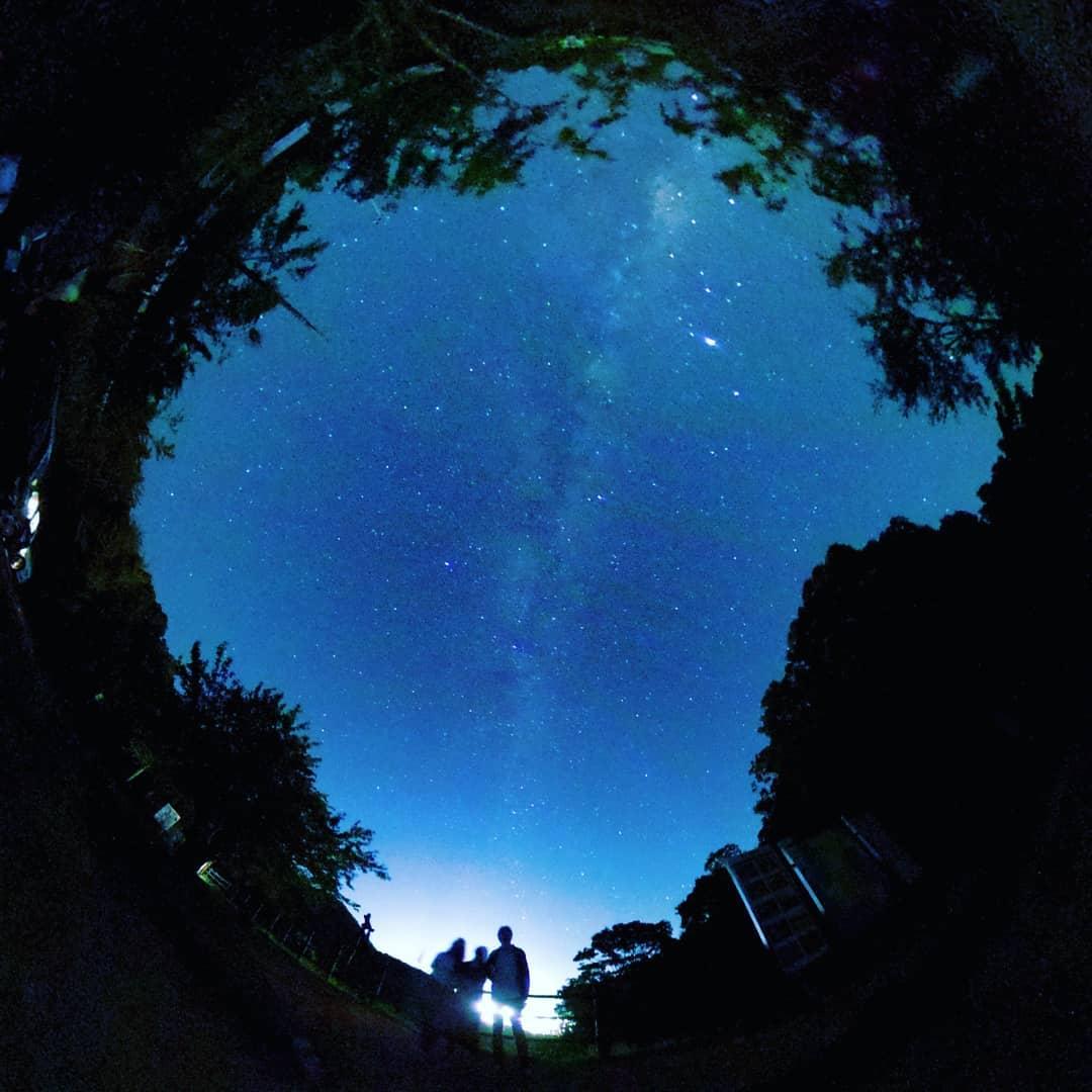 家族で星空観察。 ペルセウス座流星群を観に出かけた夜、一眼レフ撮影の合間にRICOH THETAで360°の夜間撮影もやってみました。 娘、妻、そして院長の並びで撮影したところ、娘の背がかみさんより高くなっており、その成長を実感しました。。。私達家族から天の川が立ち上っているように見えて、なんだかちょっと幻想的です 同じ写真を「little planet」モードで処理してみると、小さな星に家族三人だけで立ってるようで、これも雰囲気があります THETAは工夫次第で思いもよらない写真が撮れるので、いろいろと楽しめますね~