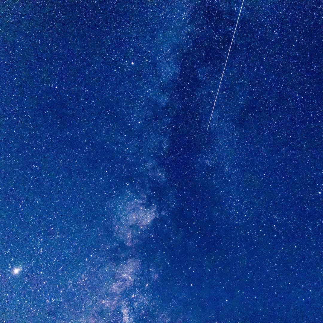 ペルセウス座流星群を観察。 お盆休みの夜中、家族でペルセウス座流星群を観に行きました。街の灯を避けて、山間にある展望台に到着すると、満天の星の中、流れ星がいくつも煌めいていました 一時間程眺めていると10個の流れ星を観ることができて、しっかり願いを込めてお祈りしました 撮影機材はEOS90DにEF-S17-55mm F2.8、三脚固定でインターバル撮影です。 写真に収めることができたのはこの一枚だけですが、天の川の近くを流れる流星が綺麗に捉えられていました 初めての流星撮影、大成功です 現像はLightroomを使用しています。2枚目の写真は、Photoshopで連続2コマを合成して、天の川銀河を浮かびあがらせてみました。 願いが叶ってコロナが収束するよう祈っています