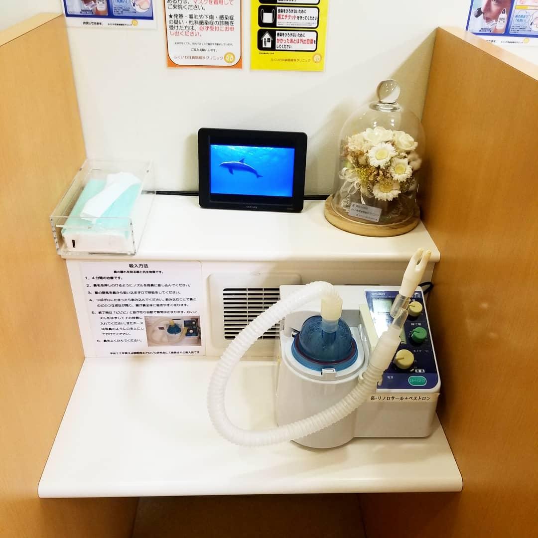当院のネブライザー療法への取り組みを、第8回日本耳鼻咽喉科感染症・エアロゾル学会学術集会(昭和大学主催)の教育講演にて御紹介頂きました。 鹿児島大学名誉教授の黒野祐一教授が座長を務められた教育講演「ネブライザー療法の安全性と感染対策ー新型コロナウイルスへの対応に学ぶ」では、耳鼻咽喉科診療で重要なネブライザー療法(お鼻のモクモク治療)を行う上で大切な感染対策が示されました。 そして適切な感染対策を行っていれば、コロナ禍にあっても安全に治療を行えることが明らかとなりました。 続いて実際の診療所における対策事例として、当院での治療法と感染対策を下記の如く御引用頂きました。 ①隣接する患者同士を壁で物理的に隔てる個別化ブース ②空気中に漂う余剰ガスを吸い込みエアロゾル感染を防止する排気ダクト(ブースの正面にある排気口) ③逆流防止アダプターによる感染対策 ④徹底した機器消毒手順 これら感染対策の一部は、2010年の日本医用エアロゾル研究会シンポジウムにて当院院長が発表したものですが、コロナ禍により新たに導入したものも含まれます。 当院のネブライザー療法への取り組みが御評価頂けたものと考え、大変光栄であると共に、耳鼻咽喉科医としてさらなる安全性を求めて日々努力すべきと考え、身が引き締まる思いです。 これからも鹿児島県の耳鼻咽喉科診療へ少しでも貢献できるように、誠心誠意邁進していきたいと思います。 この度の教育講演にて当院を御引用頂いた黒野祐一先生に心から感謝申し上げます。