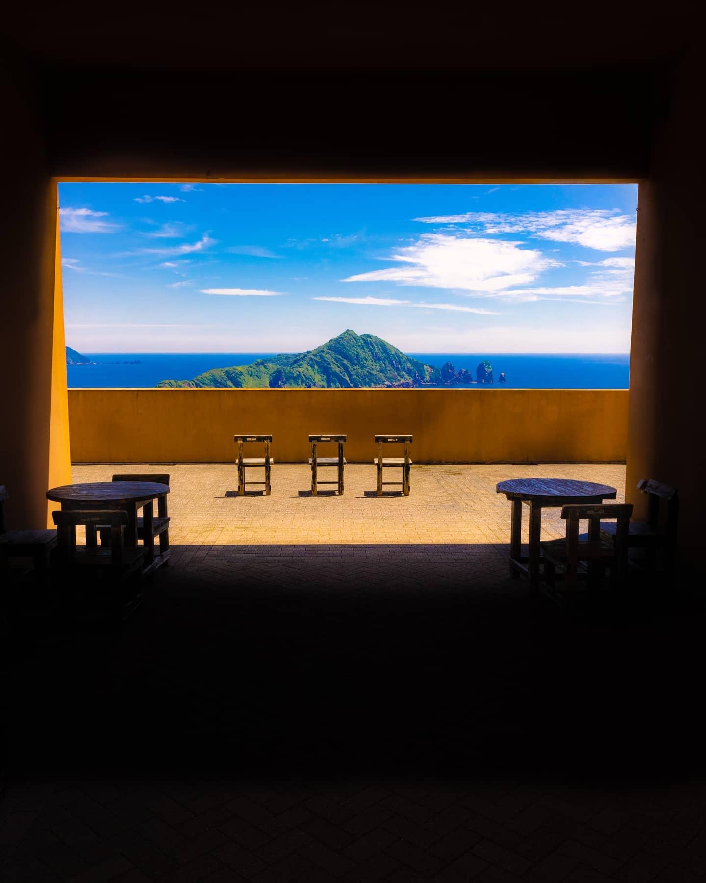笠沙美術館から望むビロウ島。 南さつま市笠沙町にある笠沙美術館、別名「黒瀬展望ミュージアム」。 絶壁に立つ美術館の目前には東シナ海が広がり、テラスから望むビロウ島(沖秋目島)の風景は、まさに絶景です エントランスからテラスを眺めると、絵画のように風景が切りとられ、建築コンセプトの素晴らしさに感動しました。。。 最高にエモい美術館、南さつま市の宝物だと思います